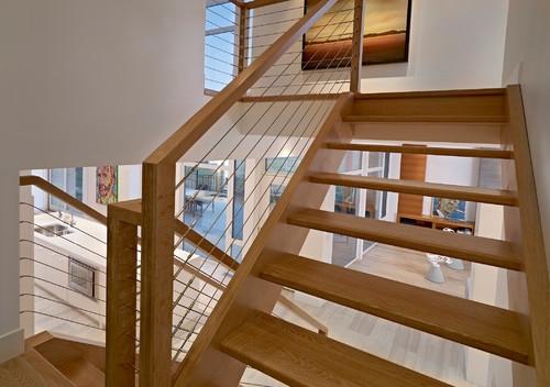 Combinatie de lemn si otel inoxidabil pentru o scara interioara moderna