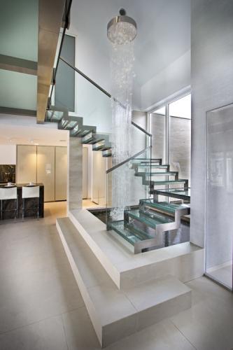 Design modern de scara cu trepte din sticla si inox
