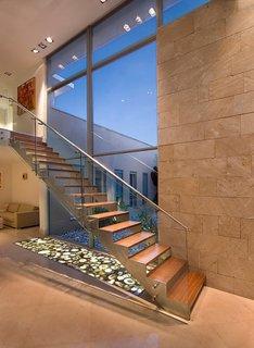 Scara moderna cu trepte goale si balustrada sticla cu inox