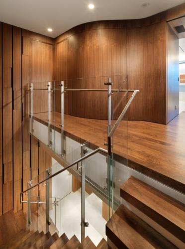 Trepte placate cu parchet din lemn si balustrada din sticla