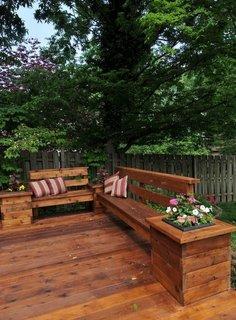 Banci de curte din lemn unite cu jardiniere in capete