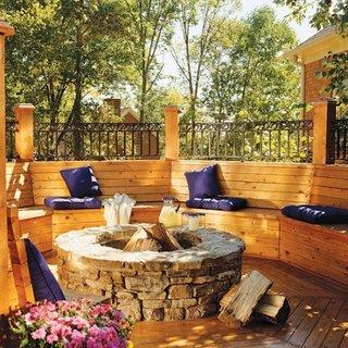 Bancute de gradina din lemn construite in prelungirea gardului