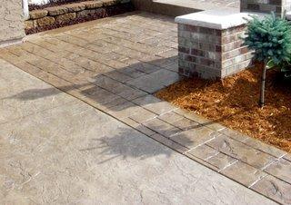 Portiune exterioara pavata cu beton amprentat