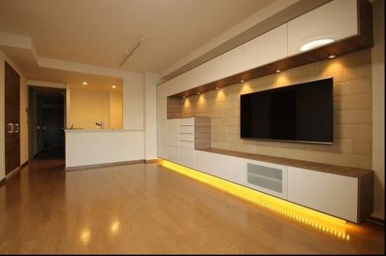 Mobilier modern living alb lucios cu lumini LED