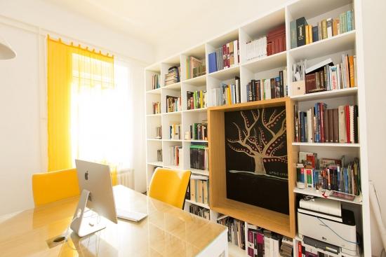 Birou amenajat in garsoniera cu biblioteca mare cu tabla de scris