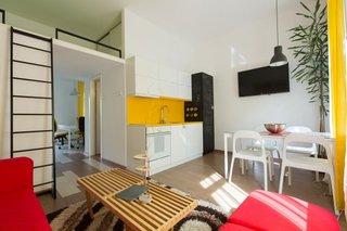 Living open space cu bucatarie si dining amenajate intr-un apartament studio