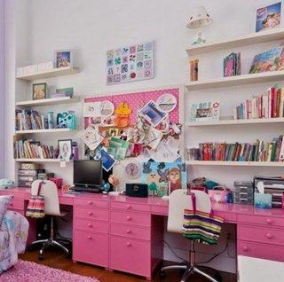 Birou amenajat pe intreg perete din dormitor pentru doua fetite
