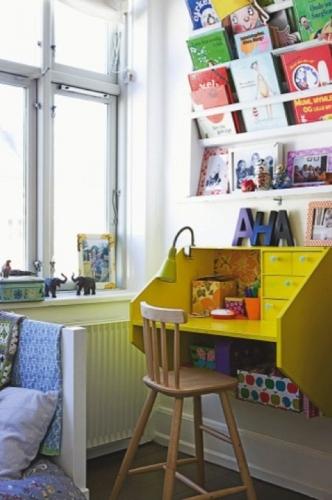 Birou galben pentru copii suspendat pe perete