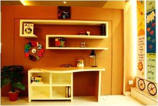 Birou pentru copii modern din pal cu etajere desupra