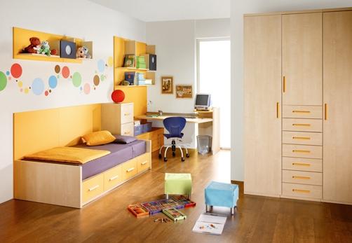 Birou pentru copii montat pe peretele din colt