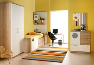 Dormitor galben cu masa de studiu in fata ferestrei