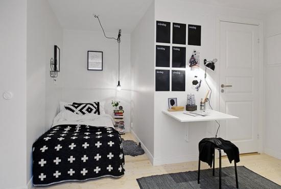 Dormitor mic pentru copii in alb si negru cu masa prinsa de perete
