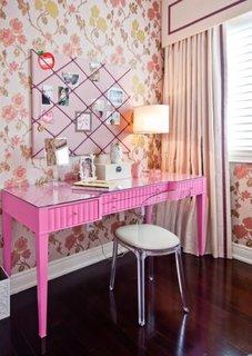 Masuta roz pentru studiu si scaun din plexiglas transparent cu sezut tapitat