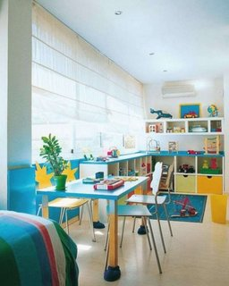 Varianta de aranjare a unui birou pentru baietei inntr-un dormitor ingust