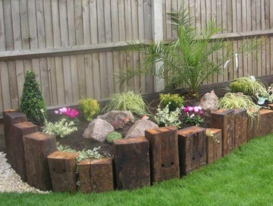 Imprejmuire gradinita flori cu bucatti de lemn