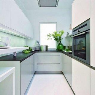Idee asezare mobila in bucatarie lunga si ingusta