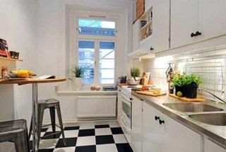 Gresie tabla de sah alb cu negru si mobilier de bucatarie alb
