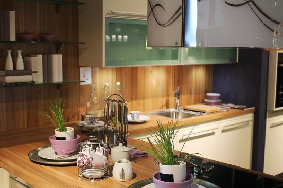 Mobilier de bucatarie modern cu blat din lemn masiv