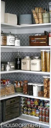 Etajere deschise cu produse eficient organizate