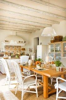 Loc pentru luat masa cu masa din stejar masiv si scaune albe