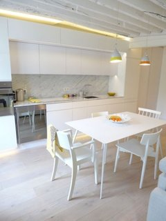 Bucatarie complet alba open space cu living