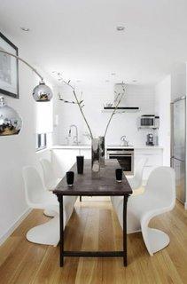 Bucatarie moderna cu masa neagra si scaune cu design interesant albe