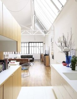 Mobilier din lemn cu mobilier alb combinat pentru un stil loft in bucatarie
