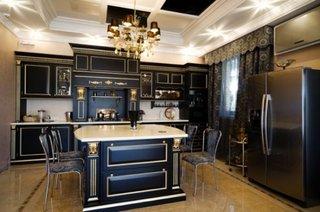 Mobila neagra cu elemente decorative aurii pentru bucatarie moderna
