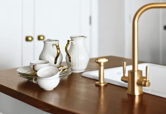 Robinet de bucatarie auriu accente elegante in bucatarie