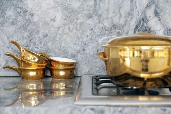 Vase aurii cromate pentru un decor sic in bucatarie