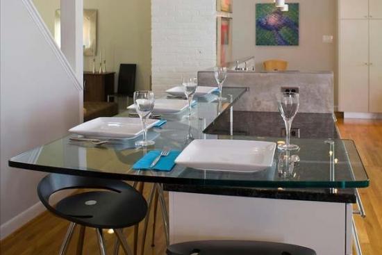 Masa tip bar cu blatul din sticla