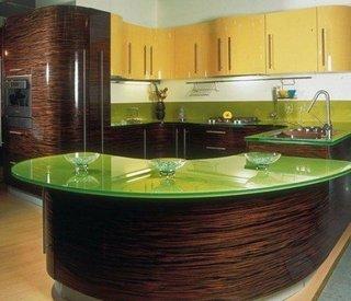Sticla verde in combinatie cu mobila galbena