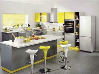 Combinatie de mobila gri si accente galbene bucatarie in trend