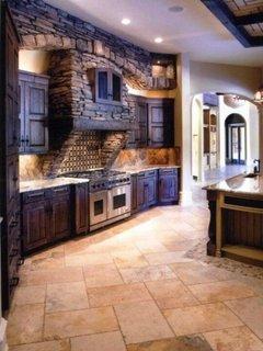 Amenajare bucatarie in stil rustic cu pereti de piatra