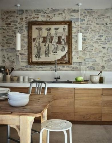 Perete cu piatra si mobila bucatarie de lemn