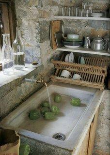 Pereti nefinisati din piatra bucatarie de tara