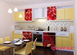 Bucatarie cu fronturi galben pai si cateva fronturi imprimate cu imagini