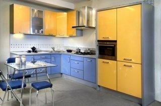 Bucatarie cu mobila albastra si mobila galben cu gri