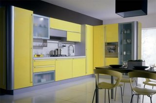 Bucatarie cu mobila cu fronturi din PAL galben si sticla