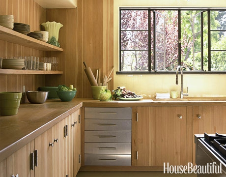 Bucatarie cu mobila din lemn culoare natur si peretii galbeni