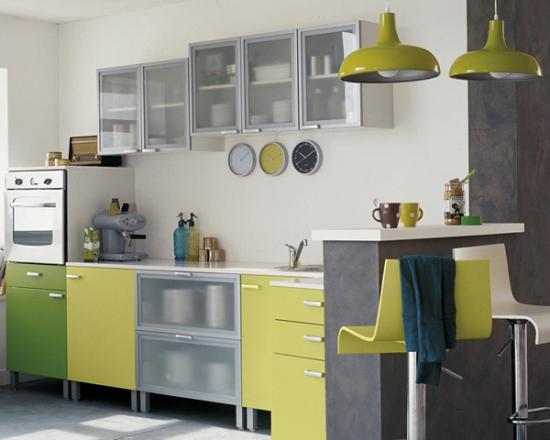 Bucatarie cu mobila in combinatia de galben verde si sticla mata