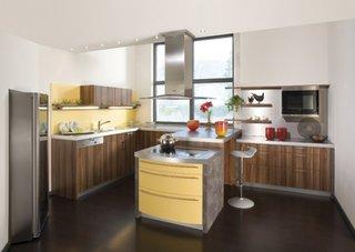 Bucatarie cu pereti albi mobila din lemn si dulap galben cu gri