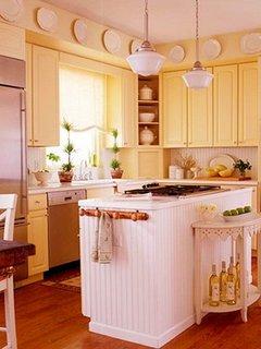 Bucatarie rustica cu mobila galben crem si insula de bucatarie alba
