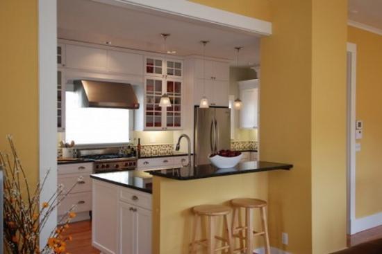 Bucatarie zugravita in galben cu mobila clasica alba