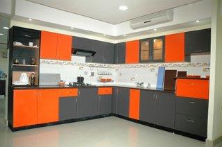 Mobila bucatarie gri cu portocaliu