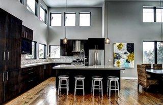 Bucatarie in L in stil industrial cu mobilier negru si blat de inox