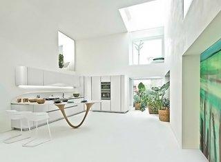 Bucatarie minimalista cu mobilier alb in forma de L pe doi pereti