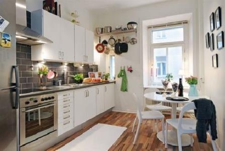 Bucatarie de apartament cu perete placat cu caramida