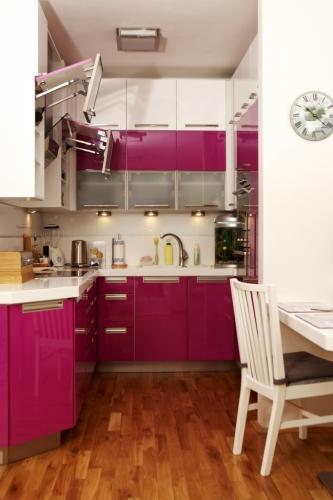 Mobila de bucatarie roz cu alb