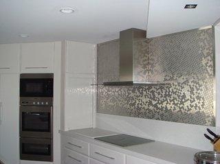 Mozaic stralucitor argintiu amplasat pe peretele zonei de lucru